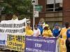 Falun Gong-utövare håller upp banderoller när marschbandet Tian Guo spelar